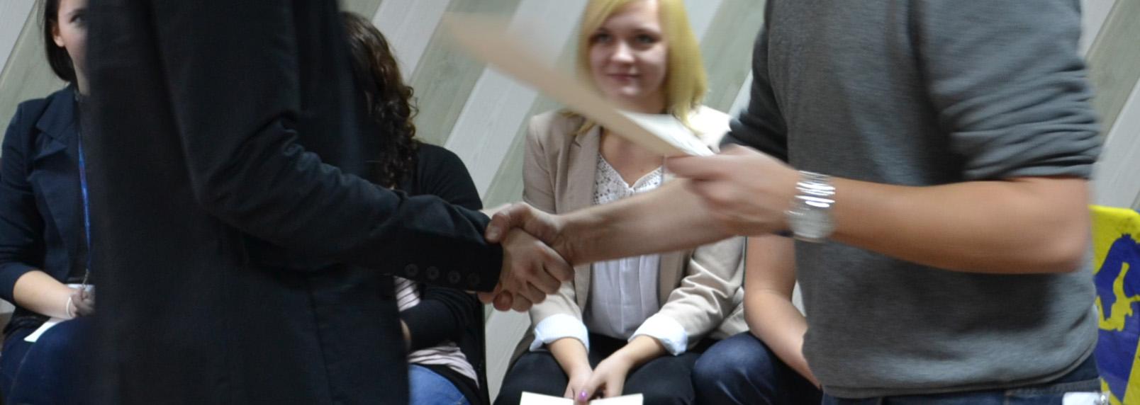 Jak być bardziej pewnym siebie - uścisk dłoni