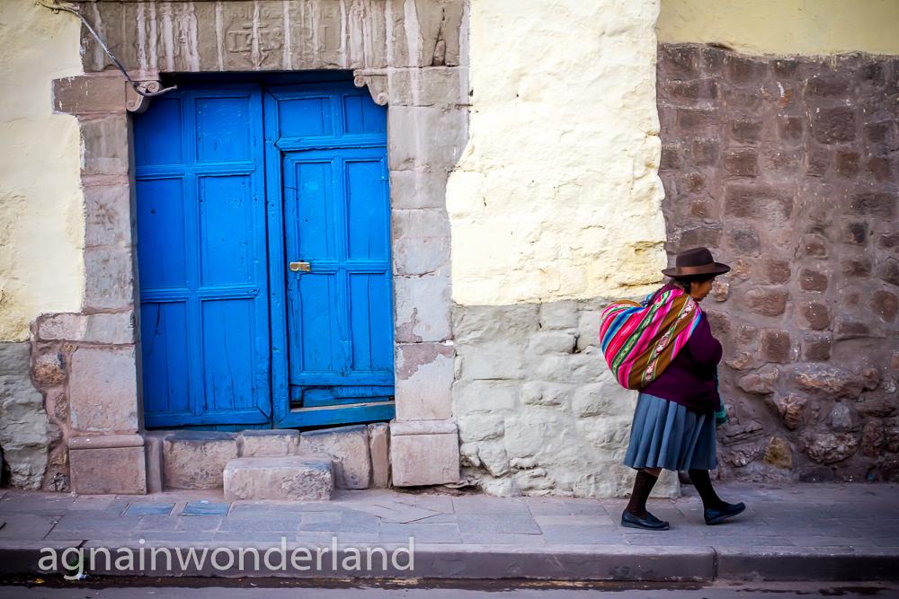 Niebieskie drzwi niedaleko Jeziora Titicaca